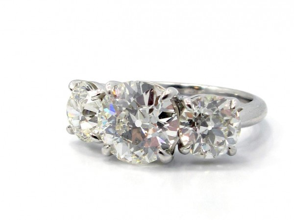 This is a picture of a Platinum Three Stone Round Diamond Engagement Ring