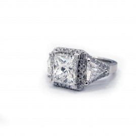 This is a picture of a 3-Stone Princess Cut and Trillion Diamond Setting